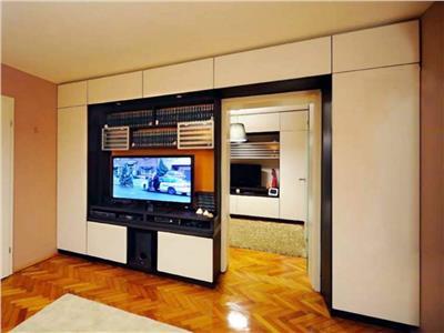 Vanzare apartament cu 4 camere, amenajat modern, situat in Dambu