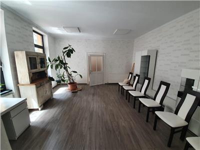 Vanzare casa cu 4 camere, curte proprie, in zona centrala